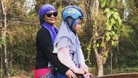 <p>Di sela-sela kesibukannya, Sindy menyempatkan diri mendampingi si kecil latihan berkuda. (Foto: Instagram @sdewiana)</p>