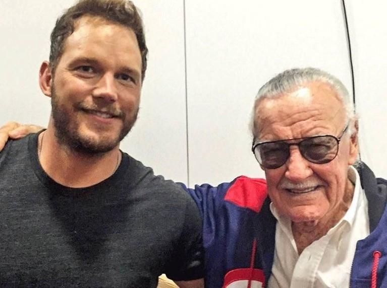 Chris Pratt. Pemeran Star Lord ini mengunggah foto dirinya yang tengah merangkul Stan Lee. Pratt juga menuliskan jika ia merasa beruntung bisa bertemu dan memerankan tokoh hasil karya Lee.