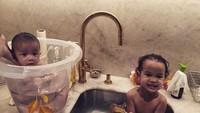 <p>Mandi bersama Kakak Luna. Karena masih kecil, Miles ditaruh di ember deh. He-he-he. (Foto: Instagram @chrissyteigen)</p>