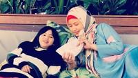 """<p>Nyam! Asyiknya si kecil makan kue bareng Bunda <a href=""""https://health.detik.com/fotohealth/d-4133292/18-tahun-berlalu-begini-sosok-saras-008-setelah-jadi-pelatih-senam"""" target=""""_blank"""">Sindy Dewiana</a>. (Foto: Instagram @sdewiana)</p>"""