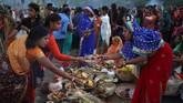 Festival Chhath Puja adalah festival yang penting bagi pemeluk Hindu di India dan Nepal, bertujuan meminta berkat dan umur panjang untuk orang-orang tercinta.