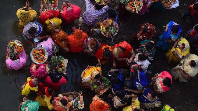 Nasib kuil Dewi Corona yang dibangun di sebuah desa di Uttar Pradesh, India, hanya berhitung hari karena telah dihancurkan kembali.