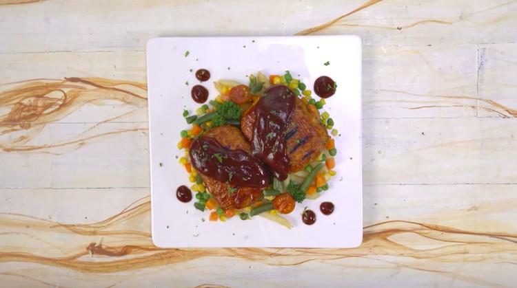 Resep steak daging sapi bisa Bunda ganti dengan tempe yang kandungan nutrisinya lebih baik dengan harga terjangkau.