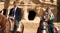 <p>Wah seru banget nih, Mulan dan Dhani pose berkuda di depan PETRA Ma'an Jordan. (Foto: instagram @mulanjameela1)</p>