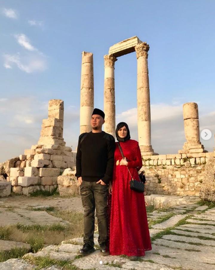Beberapa waktu lalu, Mulan Jameela dan Ahmad Dhani quality time dengan berwisata religi. Intip keseruan wisata mereka yuk.