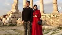 <p>Mulan Jameela dan Ahmad Dhani pelesiran ke Yordania, beberapa waktu lalu. Ini potret mereka di Temple of Hercules, Amman Citadel. (Foto: instagram @mulanjameela1)</p>