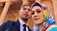 <p>Mulan Jameela dan Ahmad Dhani tak lupa ber-selfie di PETRA Ma'an Jordan. Mulan terlihat cantik ya. (Foto: instagram @mulanjameela1) </p>