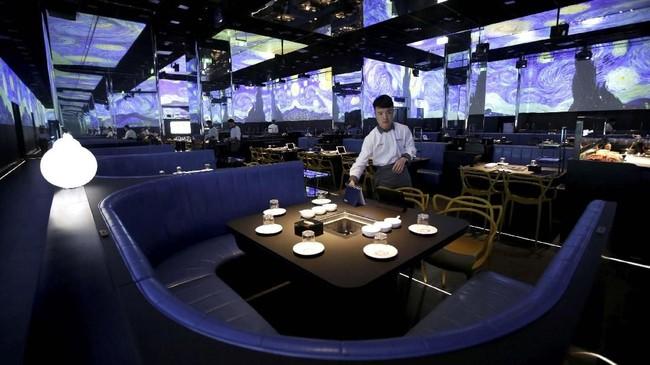 Sebuah restoran di China menggunakan robot dan kecerdasan buatan untuk melayani para pelanggannya.