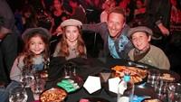 """Kabar gembira datang dari Band<a href=""""https://hot.detik.com/music/4296923/chris-martin-cerita-kesulitan-jadi-frontman-coldplay-hingga-perceraian/228"""">Coldplay</a> nih, Bun. Pasalnya, band ini merilis sebuah film dokumenter berjudul 'A Head Full of Dreams' untuk merayakan perjalanan Coldplay. (Foto: Kevin Winter/Getty Images for iHeartMedia)"""