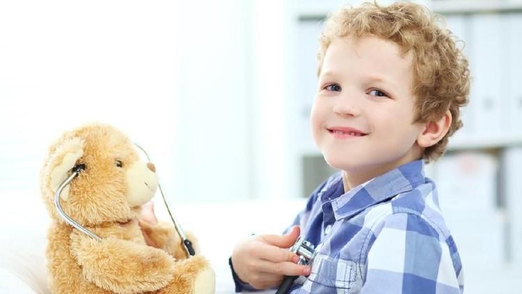 Anak laki-laki suka main boneka dan masak-masakan, ada dampaknya nggak sih, Bun? Simak penjelasan psikolog ini ya.