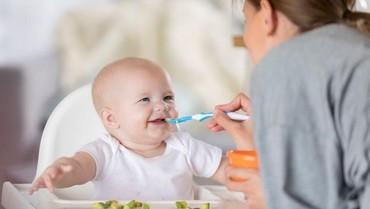 3 Aturan Memberi Makan Anak Pertama Kali