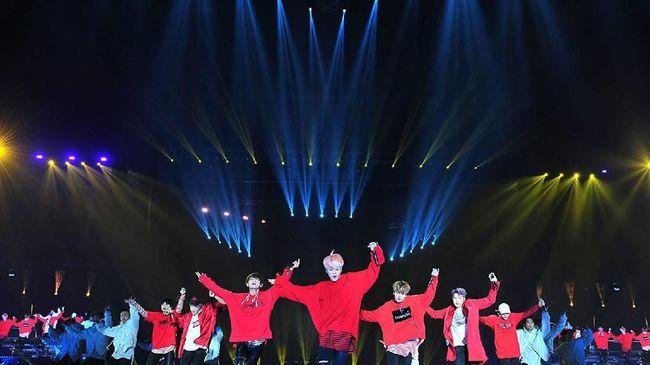 BTS membuka tur stadium 'Love Yourself: Speak Yourself' dengan membawa sepasang macan hitam alias 'black panther' raksasa ke atas panggung Rose Bowl, Pasadena.