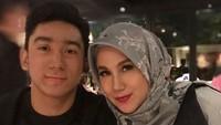 <p>Romantis banget nih, Daffa menyiapkan dinner buat Bundanya. Jadi ingin ikut makan bareng he-he-he. (Foto: Instagram @marinizumarnisreal)</p>