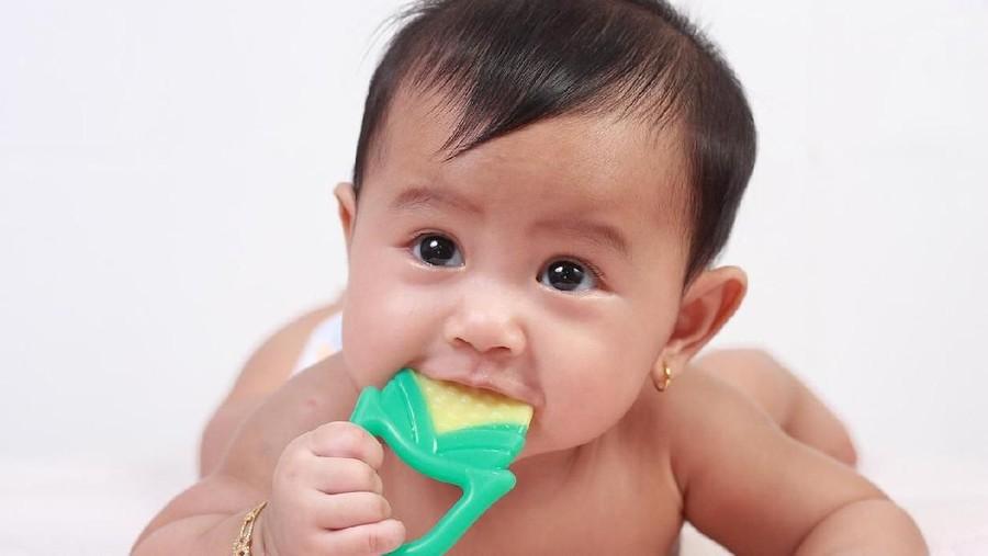 5 Minyak Esensial Pilihan untuk Bayi Tumbuh Gigi