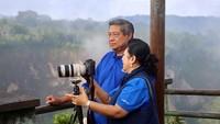 <p>Hmm, SBY dan istri tercinta lagi memotret apa ya? Serius banget kelihatannya. He-he-he. (Foto: Instagram @aniyudhoyono) </p>