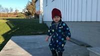 <p>Walaupun cuacanya dingin, Alita tetap suka main di luar rumah. Alita nggak kedinginan ya? He-he-he. (Foto: Instagram/ @alicenorin)</p>