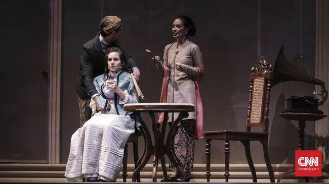 Minke dan Nyai Ontosoroh gundah memikirkan Annelies. Bunga Penutup Abad menceritakan perempuan jelita itu dibawa ke Belanda tanpa mereka yang mencintainya.