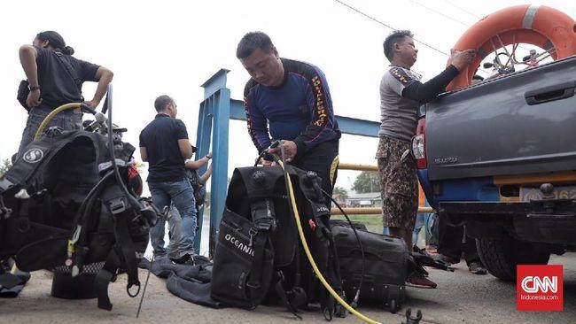 Sejumlah penyelam mencari linggis yang diduga dipakai tersangka pembunuhan satu keluarga di Bekasi. Linggis itu diduga dibuang di kawasan Kalimalang.