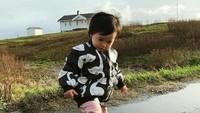 <p>Di sana, Alita suka banget main di genangan air seperti ini. (Foto: Instagram/ @alicenorin)</p>
