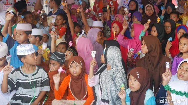 Walau diguncang gempa, anak-anak ini tetap optimis mereka punya masa depan yang cerah. Tetap semangat ya, Nak.