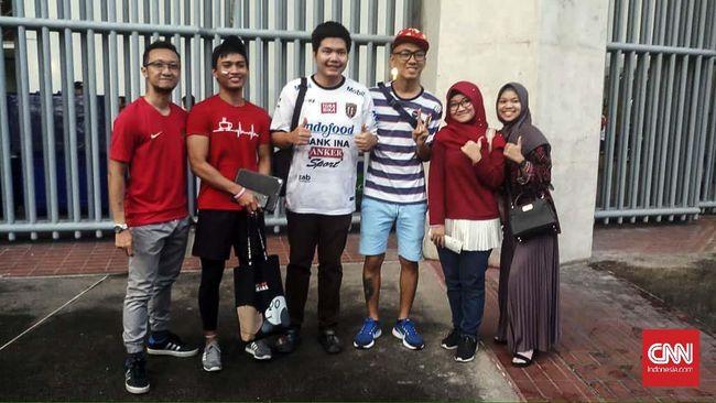 Dalam duel Timnas Indonesia lawan Thailand, ada dua warga negara asing yang turut antusias mendukung Timnas Indonesia.