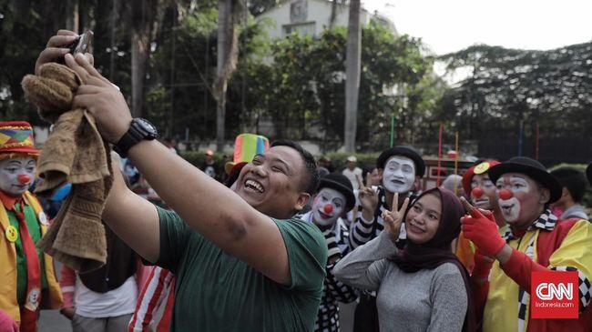Komunitas Aku Badut Indonesia (ABI) menggelar aksi di Car Free Day (CFD) Bundaran HI, Jakarta (18/11). Mereka melakukan atraksi akrobatik untuk mengumpulkan donasi yang akan di sumbangkan ke penderita kanker. ( CNN Indonesia/ Hesti Rika)