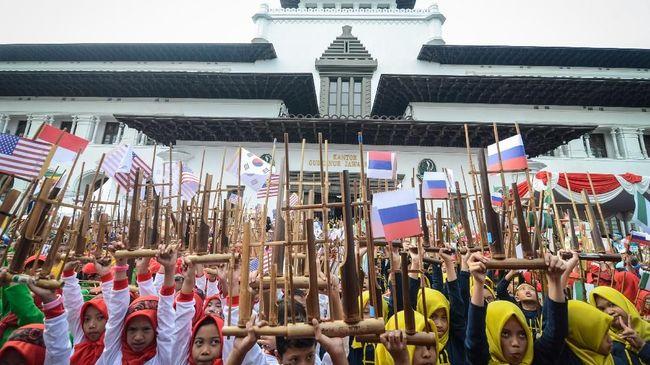 Acara Angklung's Day di Bandung berhasil memecahkan rekor dunia dengan kategori grup terbanyak yang memainkan angklung secara serentak.