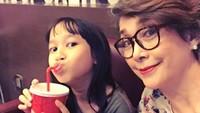 "<p>Giliran Eyang<a href=""https://hot.detik.com/celeb/4212352/widyawati-merasa-sophan-sophiaan-masih-ada"" target=""_blank"">Widyawati</a> quality time bareng adiknya Julia. Jemima Malaika. (Foto: Instagram @phandya)</p>"