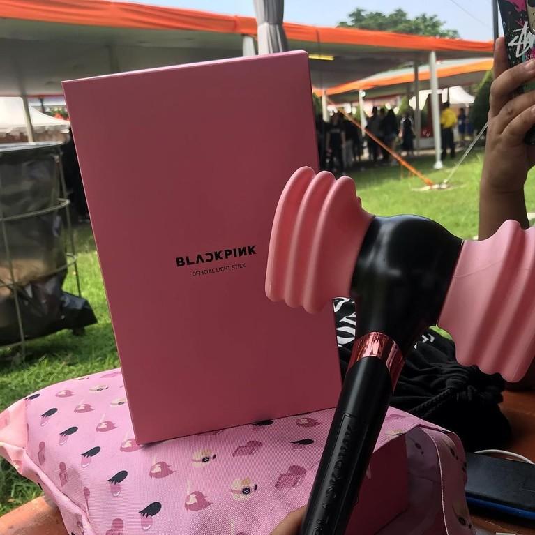 Diketahui cara untuk mendapatkan tiket konser BlackPink yaitu dengan membeli produk BlackPink di toko resmi YG Entertainment Official. Salah satu produk yang dijual yaitu light stick.