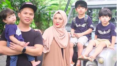 9 Potret Seru Keluarga Ratna Galih, Ibu Awet Muda Beranak Tiga