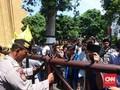 Puluhan Mahasiswa Lakukan Aksi Bela Nuril di Depan Polda NTB