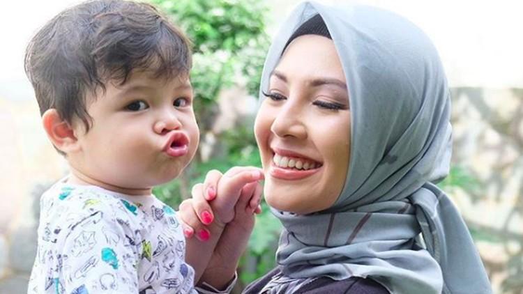 Ratna Galih memutuskan mundur dari sinetron yang dibintanginya, demi bayi kembar di dalam kandungan.