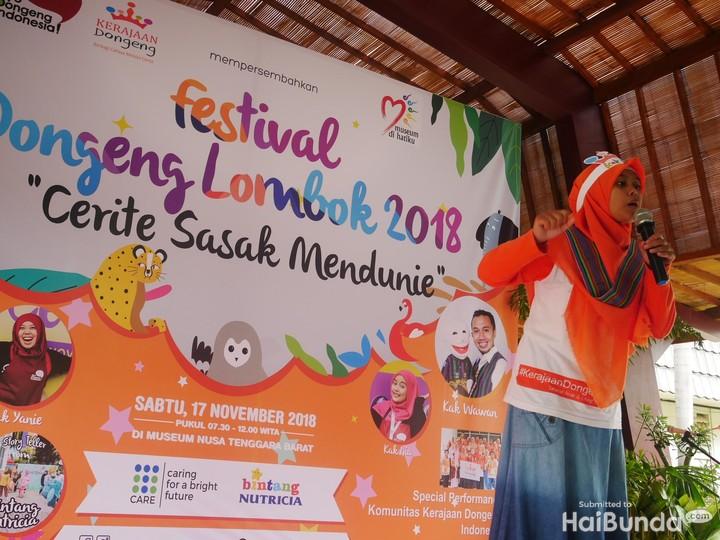 Kegiatan mendongeng bisa jadi sesuatu dilakukan. Yuk, intip keseruan anak-anak Lombok saat mendengarkan dongeng dari kakak-kakak pendongeng.