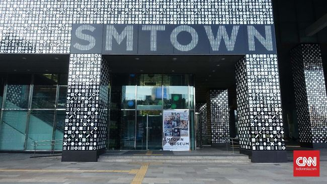 Pintu masuk SM Town Coex Atrium yang berlokasi di distrik Gangnam, Seoul, Korea Selatan.