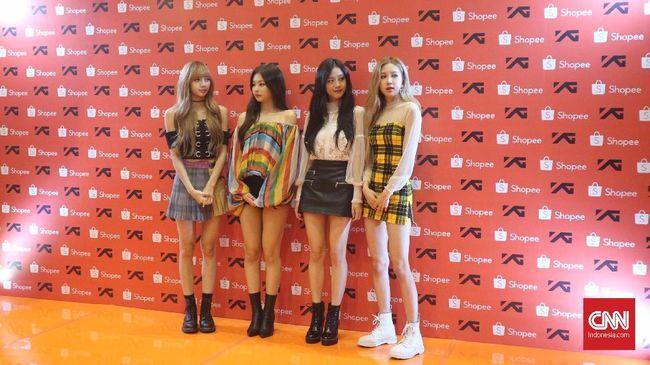 BLACKPINK mengunjungi penggemarnya di Sentul, Senin (19/11).