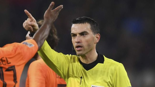 Wasit Ovidiu Hategan yang memimpin laga Timnas Jerman vs Belanda menangis karena baru mengetahui sang ibu meninggal dan mendapat simpati dari Virgil van Dijk.