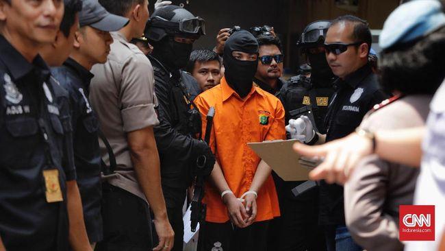 Sejumlah warga yang berkerumun menyaksikan rekonstruksi pembunuhan satu keluarga di Bekasi, berharap pelaku dihukum berat, bahkan dijatuhi hukuman mati.