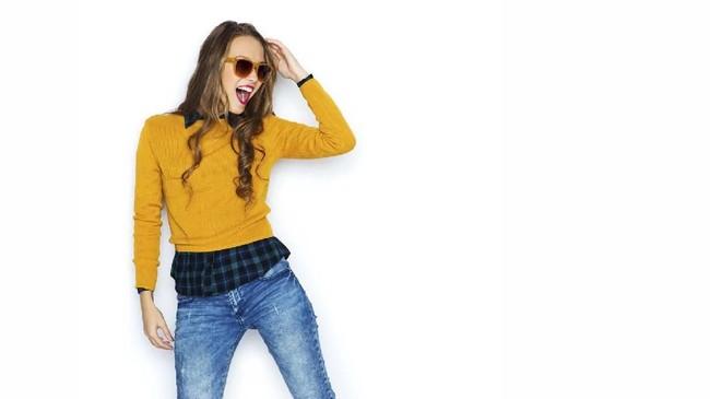 Sweater seringkali identik dengan gaya kuno dan orang tua. Namun hapus anggapan itu dan buat gaya sweater Anda jadi stylish dan kekinian.