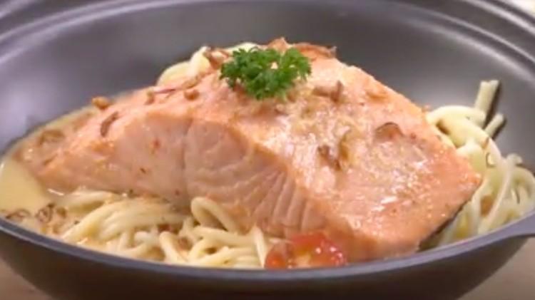 Kandungan gizi salmon bisa Bunda sajikan dengan gurihnya spaghetti sebagai pengganti nasi. Enak lho!
