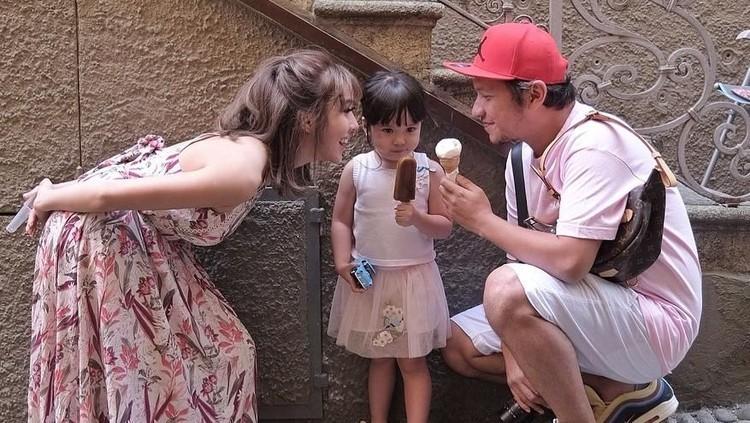 Gading Marten dan Gisel berlibur ke Bali demi putri tercinta, Gempita Nora Marten. So sweet!