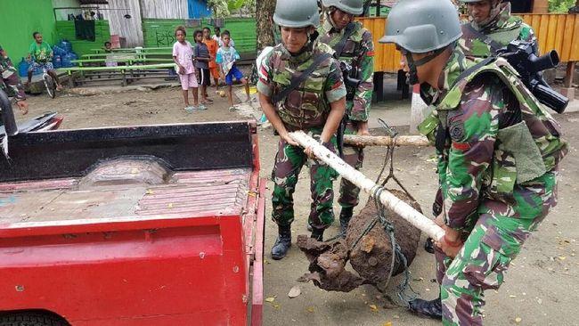 Prajurit TNI Amankan Bom di Perkampungan Papua