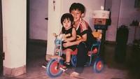 <p>Jevin sedang menemani Vanesha main sepeda nih. Memang kakak yang baik ya Jevin ini. (Foto: Instagram @jevinjulian)</p>