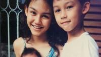 <p>Mereka bertiga sangat akrab dari kecil. Wajar saja bila hubungan persaudaraan mereka disebut-sebut sebagai siblings goals. (Foto: Instagram @sysiio)</p>