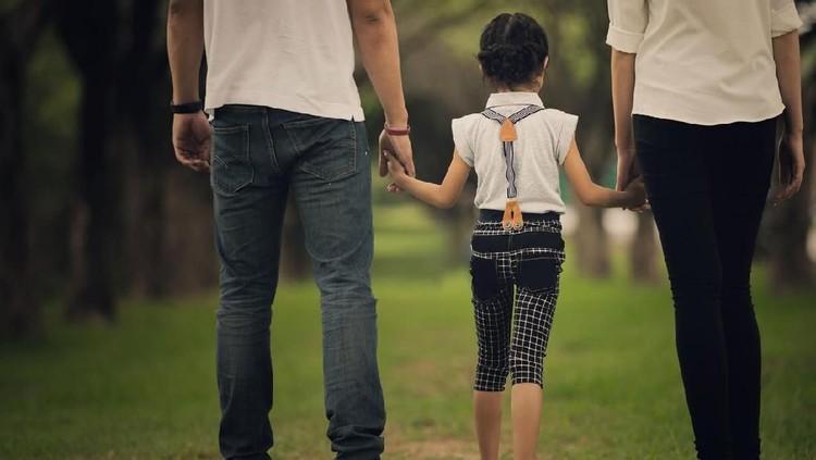Perceraian rupanya tidak selalu berdampak negatif untuk anak, tetapi ada hal yang bisa dipelajari juga dari perpisahan orang tua. Bunda simak ya.