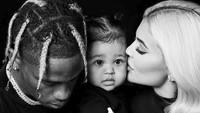 <p>Kylie Jenner juga nggak kalah bersyukur untuk keluarga kecil yang dia punya, Stormi dan Travis. (Foto: Instagram/Travis Scott)</p>
