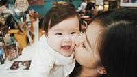 <p>Muach! Vechia happy dicium mama. (Foto: Instagram @frandaaa87)</p>