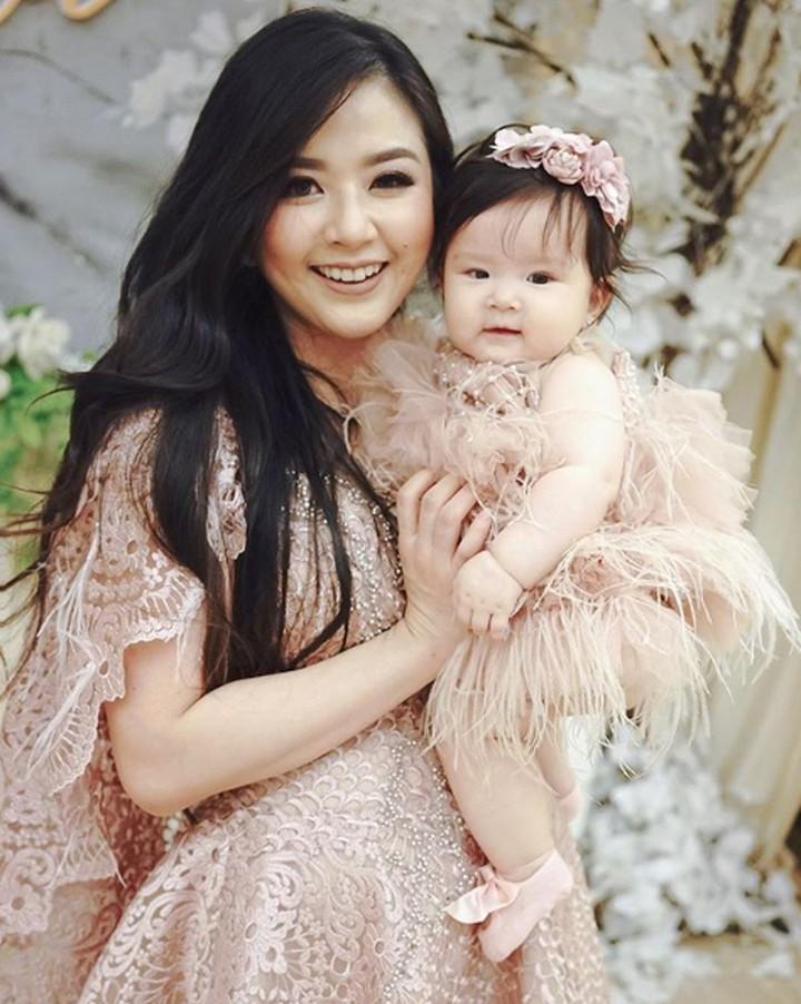 Yuk, lihat momen hangat Franda saat bonding time dengan putri kecilnya, Vechia.