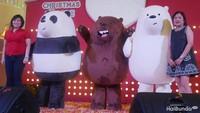 <p>Nah, merekalah yang membawa tiga beruang menggemaskan ini ke Indonesia, Elvira, Advertising & Promotion Manager Mal Taman Anggrek dan Carol dari pihak Cartoon Network.</p>