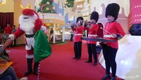 <p>Santa dan marching band siap menyambut Grizzly, Panda dan Ice Bear.</p>