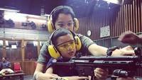 <p>Wah, serius banget nih ibu dan anak latihan menembak. (Foto: Instagram/ @marcella.zalianty) </p>